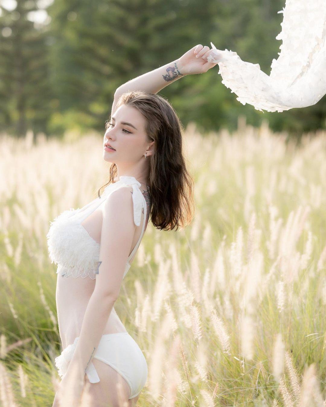 """""""Thiên thần lai Thái Lan"""" mặc nội y cưới giữa đồng không mông quạnh, ngày càng sexy - 1"""