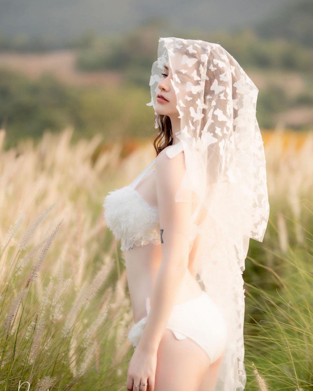 """""""Thiên thần lai Thái Lan"""" mặc nội y cưới giữa đồng không mông quạnh, ngày càng sexy - 3"""