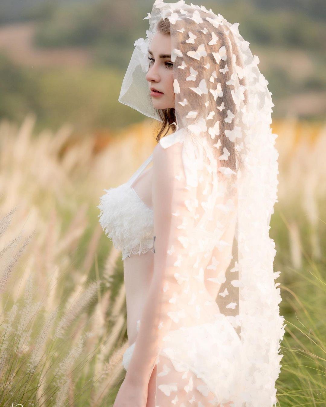 """""""Thiên thần lai Thái Lan"""" mặc nội y cưới giữa đồng khoe vẻ đẹp dao kéo hoàn hảo - 4"""
