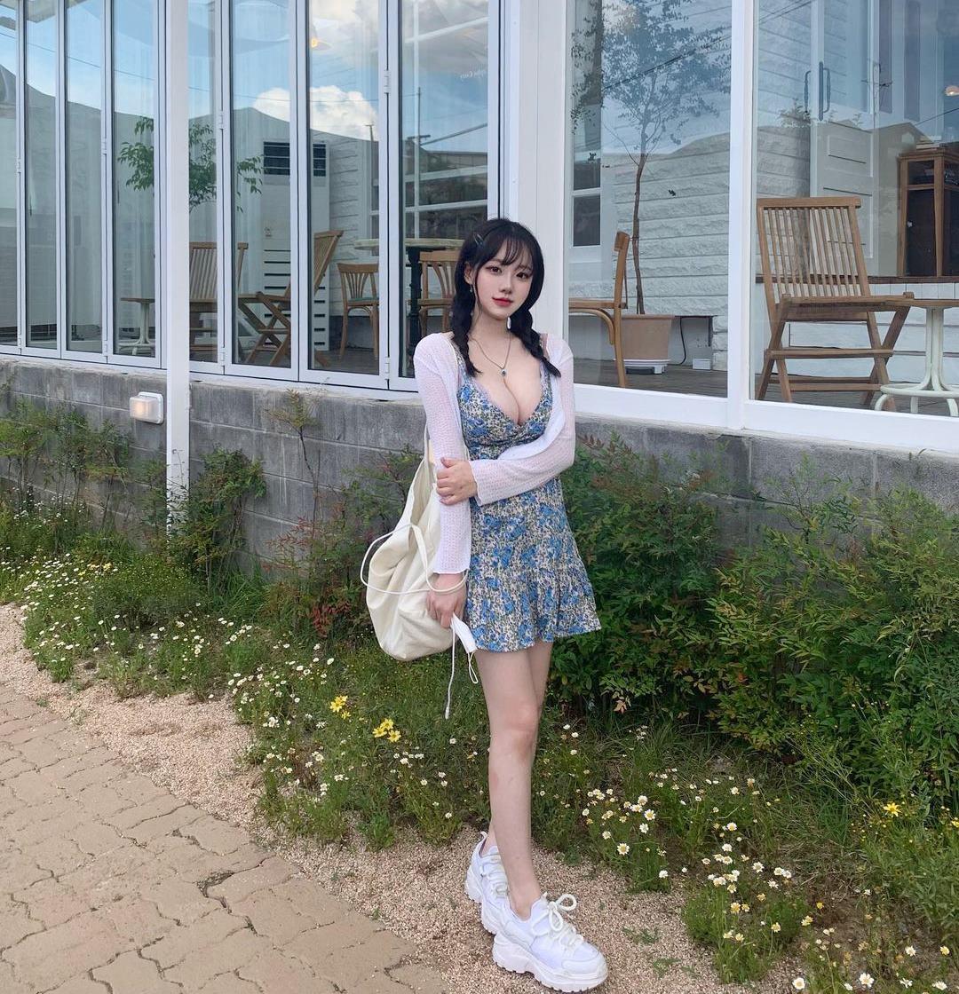 Người mẫu Hàn Quốc hot nhờ 1001 kiểu mặc tôn dáng khi đi cafe - 5