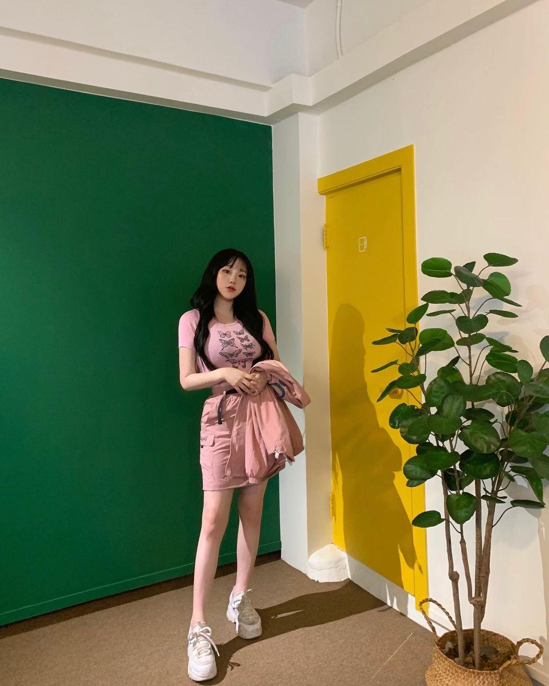 Người mẫu Hàn Quốc hot nhờ 1001 kiểu mặc tôn dáng khi đi cafe - 13
