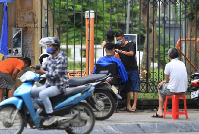 """CLIP: Người dân Hà Nội tranh thủ đi cắt tóc, hàng quán vội dọn dẹp trước """"giờ G"""" - 9"""