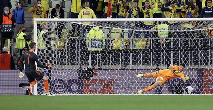 MU thua vì De Gea: Bắt 11m tệ hại hàng đầu thế giới, Solskjaer sai lầm với Henderson - 1