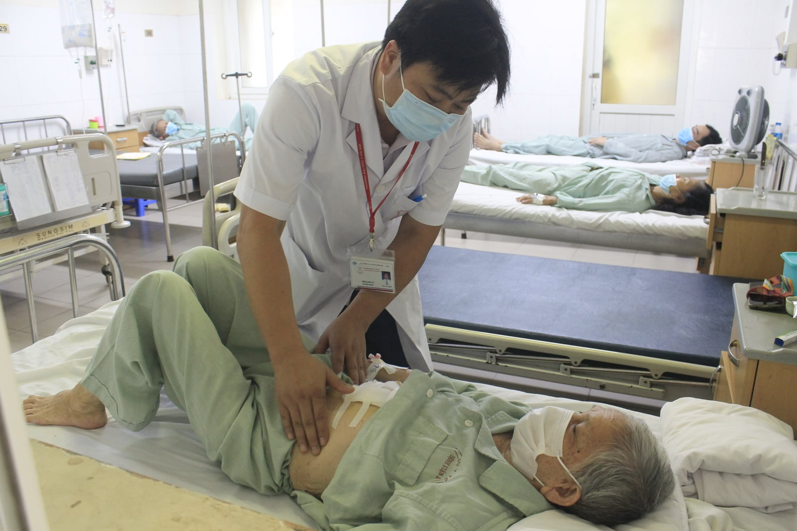 Cụ bà 91 tuổi thoát chết sau khi bị sỏi kẹt cổ túi mật - hình ảnh 1