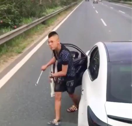"""Dừng ô tô giữa cao tốc rồi vác gậy xử lý mâu thuẫn, nam thanh niêm """"nếm trái đắng"""" - hình ảnh 1"""