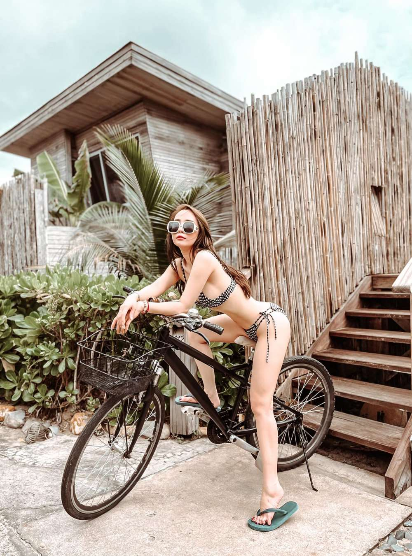 Mặc gợi cảm đi xe đạp: Hoàng Thùy Linh diện váy ren, Quỳnh Nga chơi hẳn bikini - hình ảnh 4