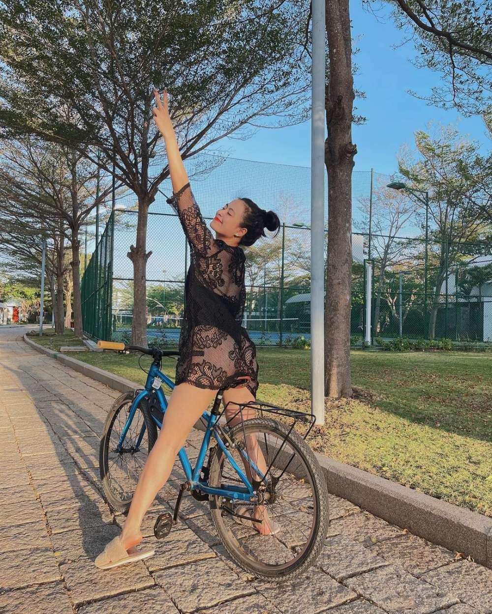 Mặc gợi cảm đi xe đạp: Hoàng Thùy Linh diện váy ren, Quỳnh Nga chơi hẳn bikini - hình ảnh 3