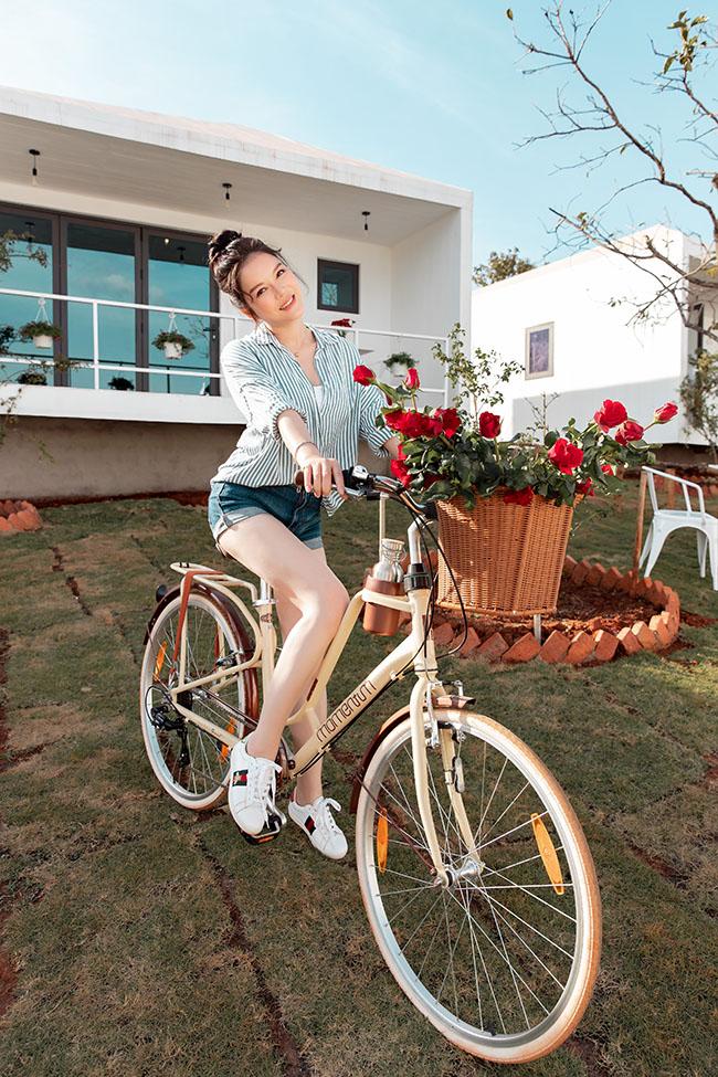 Mặc gợi cảm đi xe đạp: Hoàng Thùy Linh diện váy ren, Quỳnh Nga chơi hẳn bikini - hình ảnh 9
