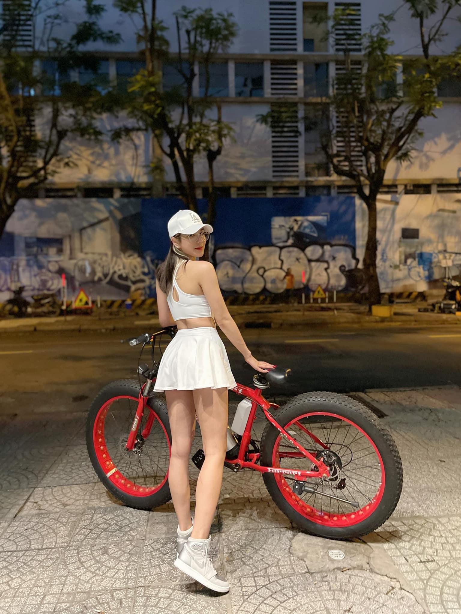 Mặc gợi cảm đi xe đạp: Hoàng Thùy Linh diện váy ren, Quỳnh Nga chơi hẳn bikini - hình ảnh 2