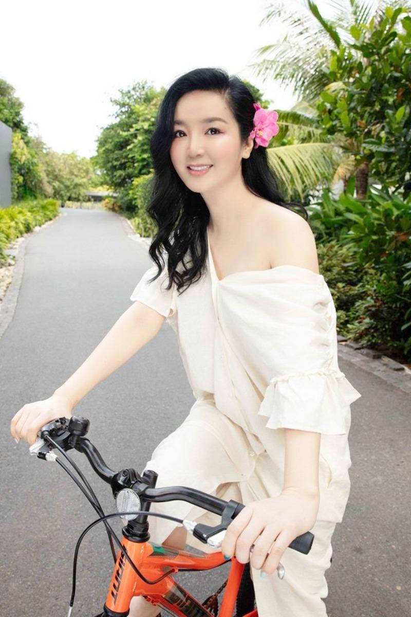Mặc gợi cảm đi xe đạp: Hoàng Thùy Linh diện váy ren, Quỳnh Nga chơi hẳn bikini - hình ảnh 5