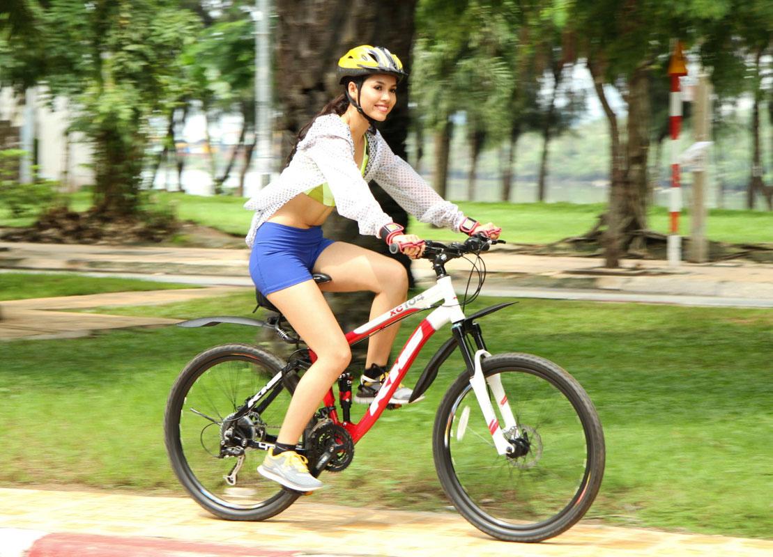 Mặc gợi cảm đi xe đạp: Hoàng Thùy Linh diện váy ren, Quỳnh Nga chơi hẳn bikini - hình ảnh 8