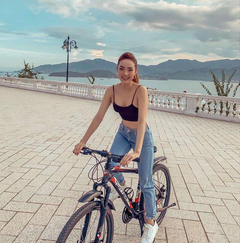 Mặc gợi cảm đi xe đạp: Hoàng Thùy Linh diện váy ren, Quỳnh Nga chơi hẳn bikini - hình ảnh 7