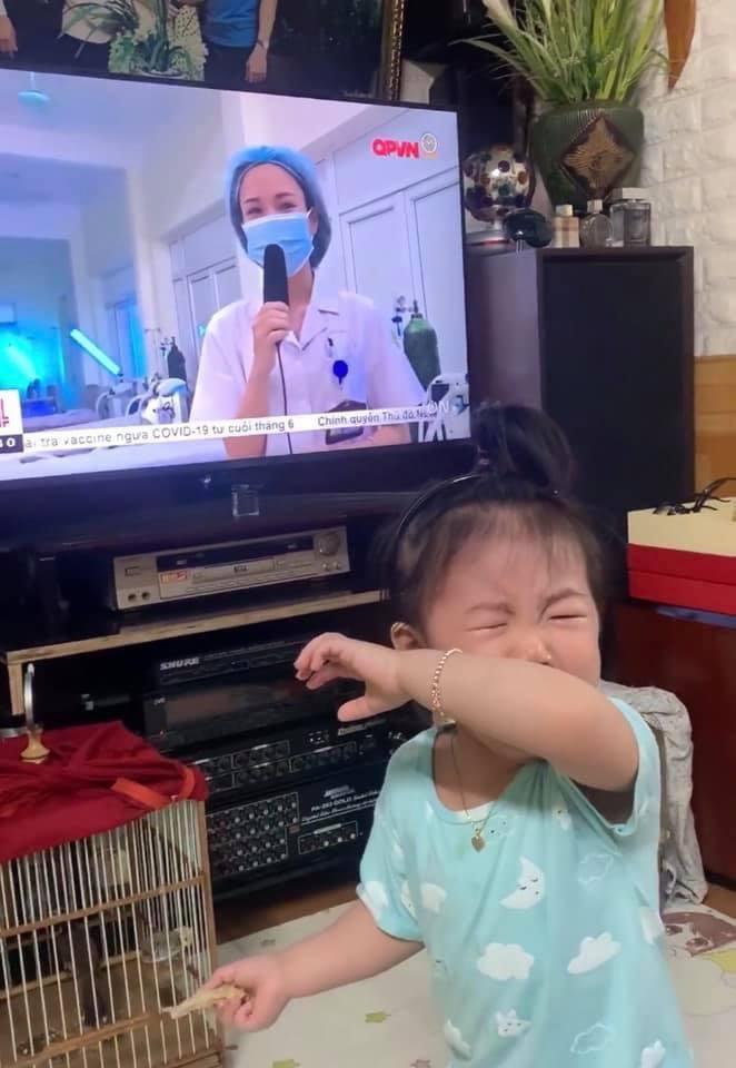 Clip xúc động: Bé gái 20 tháng tuổi òa khóc khi nhìn thấy mẹ ở tâm dịch Bắc Giang trên tivi - hình ảnh 1