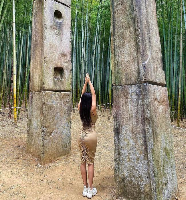 Mỹ nữ có vòng 3 trái đào nổi bật giữa rặng tre nhờ váy Quỳnh Búp Bê - hình ảnh 3