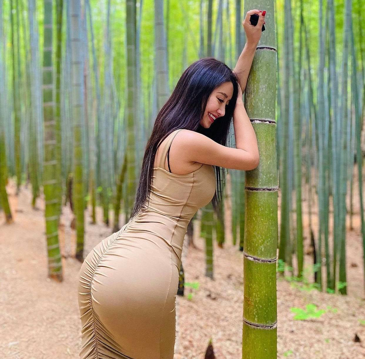 Mỹ nữ có vòng 3 trái đào nổi bật giữa rặng tre nhờ váy Quỳnh Búp Bê - hình ảnh 1