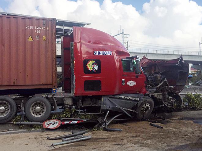 """Sau tiếng """"rầm rầm"""", xe container lao lên lan can cầu vượt thép ở Sài Gòn - hình ảnh 2"""