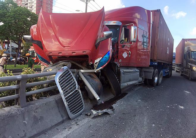"""Sau tiếng """"rầm rầm"""", xe container lao lên lan can cầu vượt thép ở Sài Gòn - hình ảnh 3"""