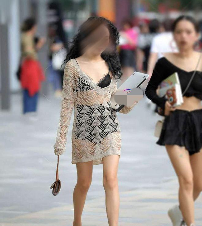 """""""Tai nạn"""" váy dính người của chị em còn chưa phản cảm bằng kiểu mặc này - hình ảnh 1"""