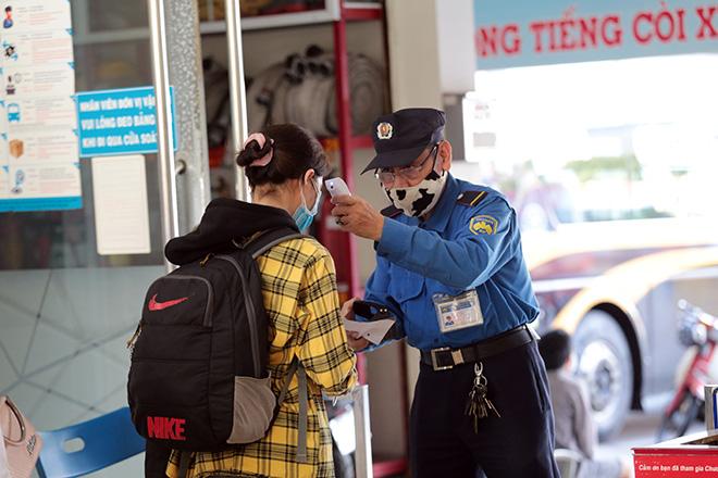 Hành khách mặc kín đồ bảo hộ ra bến xe về quê trước thời điểm TP.HCM giãn cách - hình ảnh 10