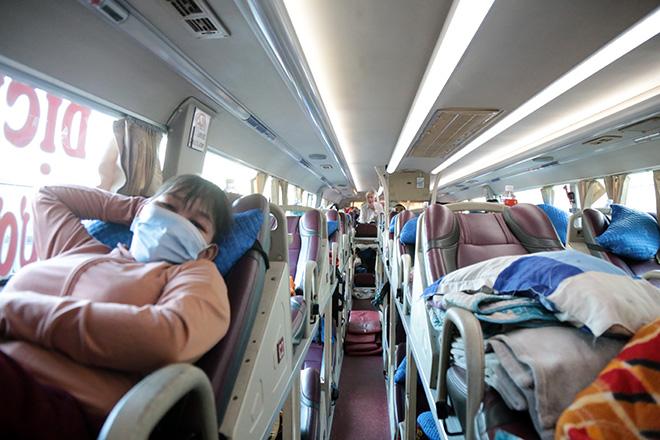 Hành khách mặc kín đồ bảo hộ ra bến xe về quê trước thời điểm TP.HCM giãn cách - hình ảnh 11