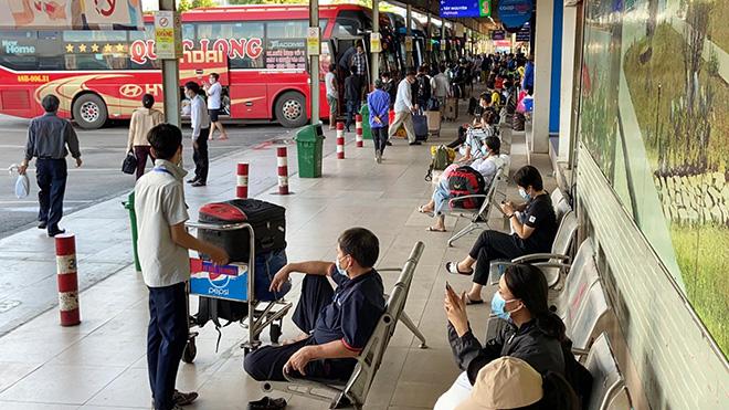 Hành khách mặc kín đồ bảo hộ ra bến xe về quê trước thời điểm TP.HCM giãn cách - hình ảnh 2