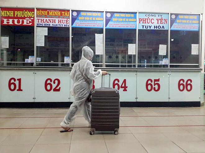 Hành khách mặc kín đồ bảo hộ ra bến xe về quê trước thời điểm TP.HCM giãn cách - hình ảnh 4
