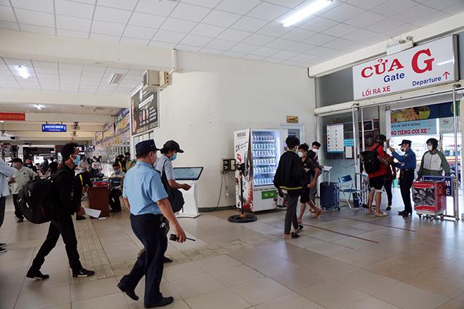 Hành khách mặc kín đồ bảo hộ ra bến xe về quê trước thời điểm TP.HCM giãn cách - hình ảnh 9