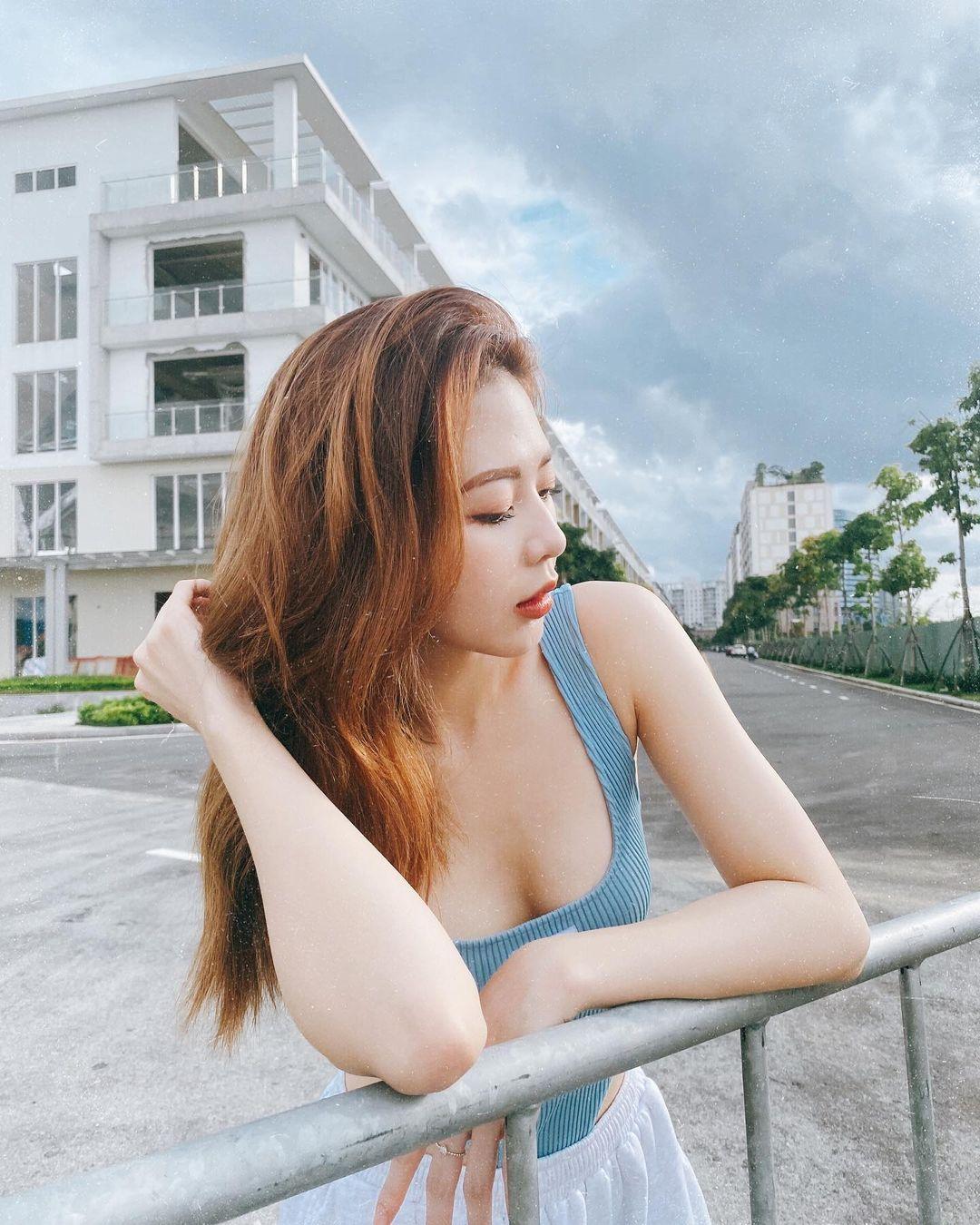 """Tình cũ đẹp nhất của Trịnh Thăng Bình mặc áo tắm ngồi giữa đường để """"sống ảo"""" - hình ảnh 3"""