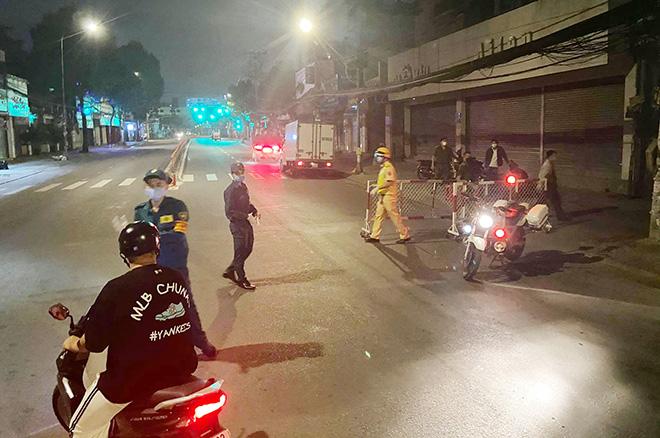 TP.HCM: Quận Gò Vấp chính thức cách ly xã hội, nhiều người bất ngờ khi bị chặn lưu thông - hình ảnh 2