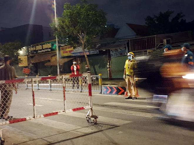TP.HCM: Quận Gò Vấp chính thức cách ly xã hội, nhiều người bất ngờ khi bị chặn lưu thông - hình ảnh 5