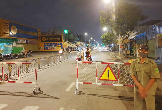 TP.HCM: Quận Gò Vấp chính thức cách ly xã hội, nhiều người bất ngờ khi bị chặn lưu thông - hình ảnh 6