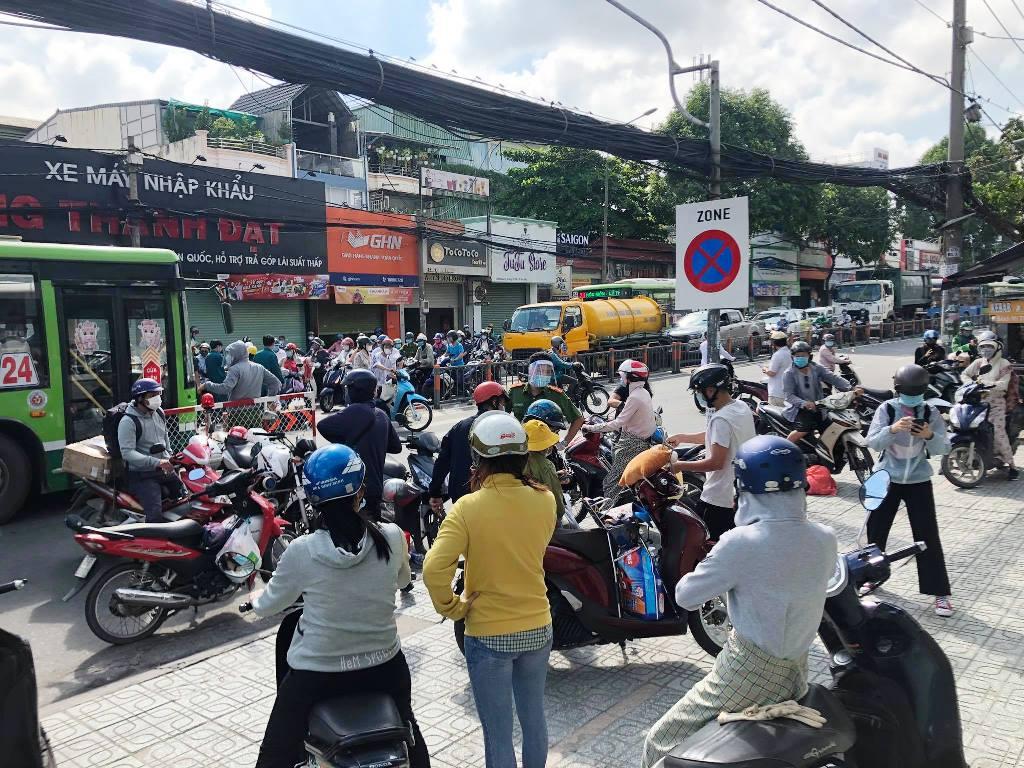 TP.HCM ngày đầu giãn cách xã hội, quận Gò Vấp tạm thời gỡ chốt kiểm soát - hình ảnh 2
