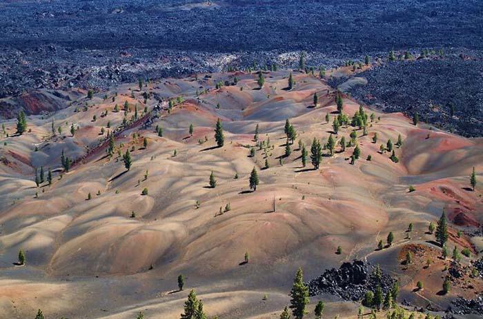 Cồn cát đầy màu sắc trông như một bức tranh sơn dầu trong công viên núi lửa - hình ảnh 3