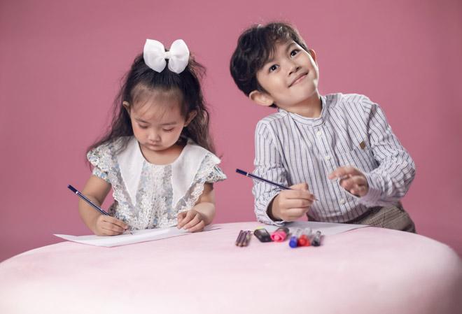 Hai nhóc tỳ nhà Khánh Thi – Phan Hiển như bản sao của bố mẹ - hình ảnh 7