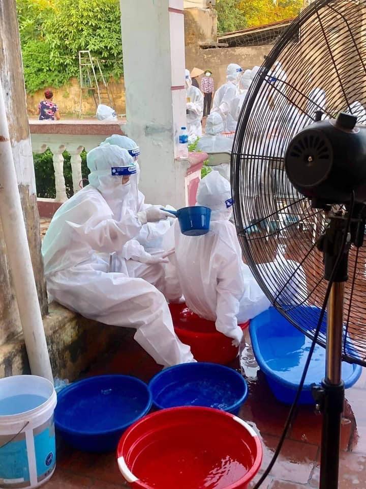 Xót xa hình ảnh nhân viên y tế dội nước đá lên người dưới nắng nóng 40 độ C - hình ảnh 4