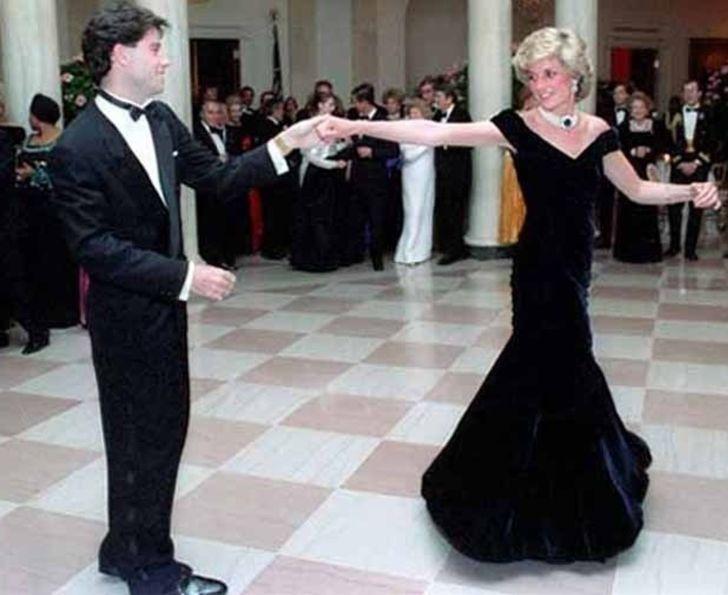11 chiếc váy giúp công nương Diana trở thành biểu tượng thời trang - hình ảnh 10