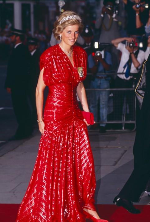 11 chiếc váy giúp công nương Diana trở thành biểu tượng thời trang - hình ảnh 3