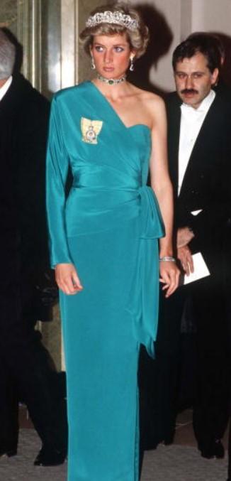 11 chiếc váy giúp công nương Diana trở thành biểu tượng thời trang - hình ảnh 6
