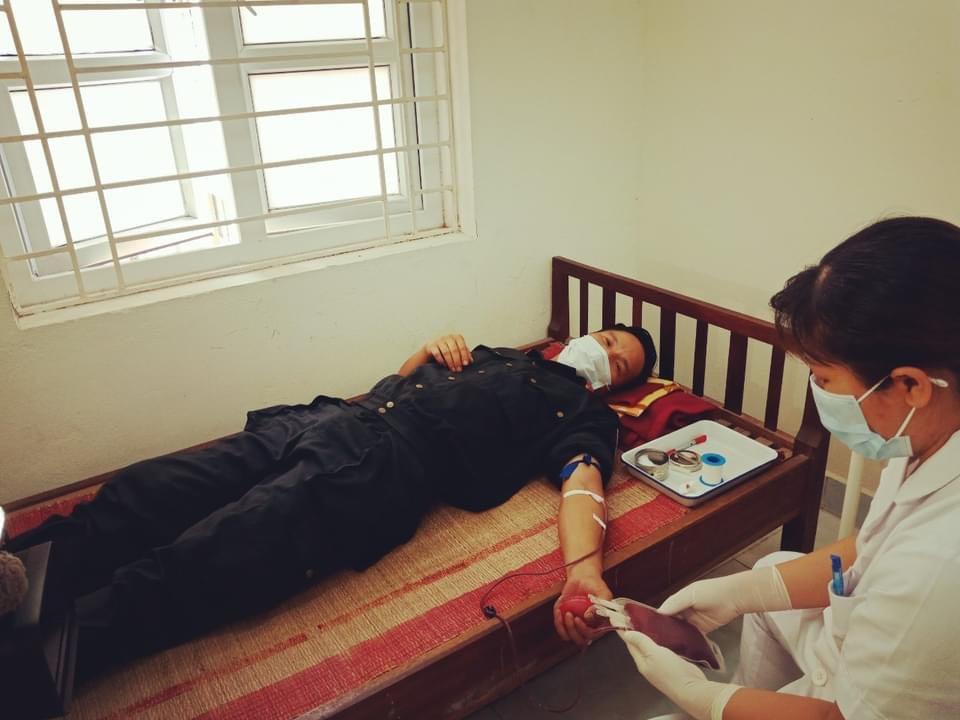 Cảnh sát cơ động hiến máu cứu cháu bé 2 tuổi trong khu phong tỏa ở Bắc Giang - hình ảnh 1