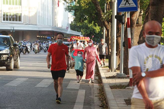 Đường phố Hà Nội vắng người vì trời nóng như đổ lửa - hình ảnh 13