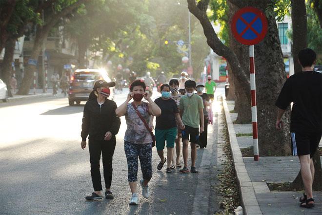 Đường phố Hà Nội vắng người vì trời nóng như đổ lửa - hình ảnh 14