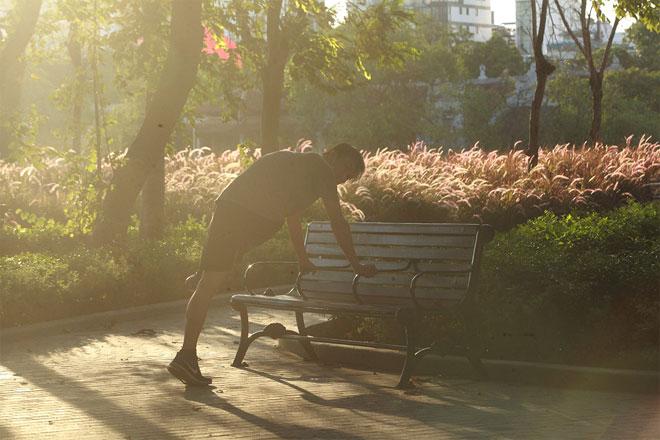 Đường phố Hà Nội vắng người vì trời nóng như đổ lửa - hình ảnh 16