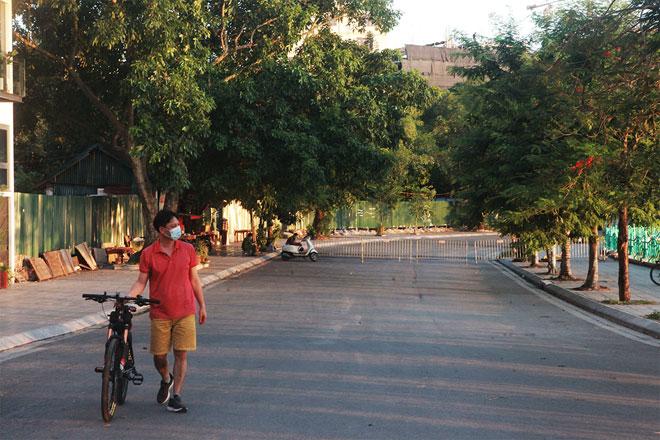 Đường phố Hà Nội vắng người vì trời nóng như đổ lửa - hình ảnh 19
