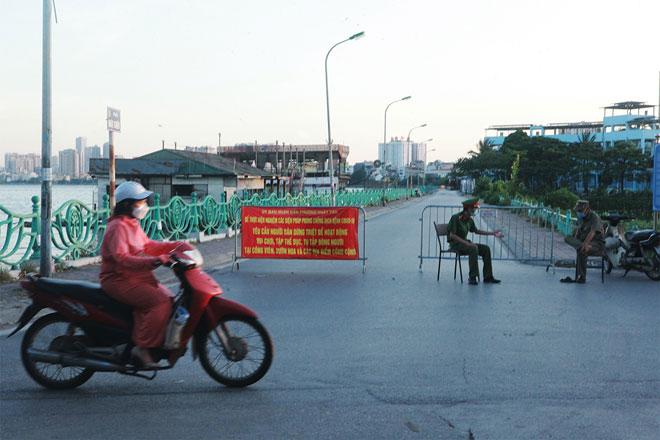 Đường phố Hà Nội vắng người vì trời nóng như đổ lửa - hình ảnh 18