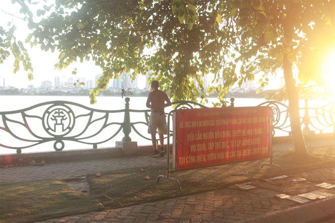 Đường phố Hà Nội vắng người vì trời nóng như đổ lửa - hình ảnh 20