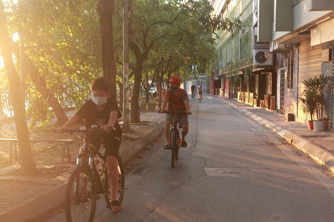 Đường phố Hà Nội vắng người vì trời nóng như đổ lửa - hình ảnh 21