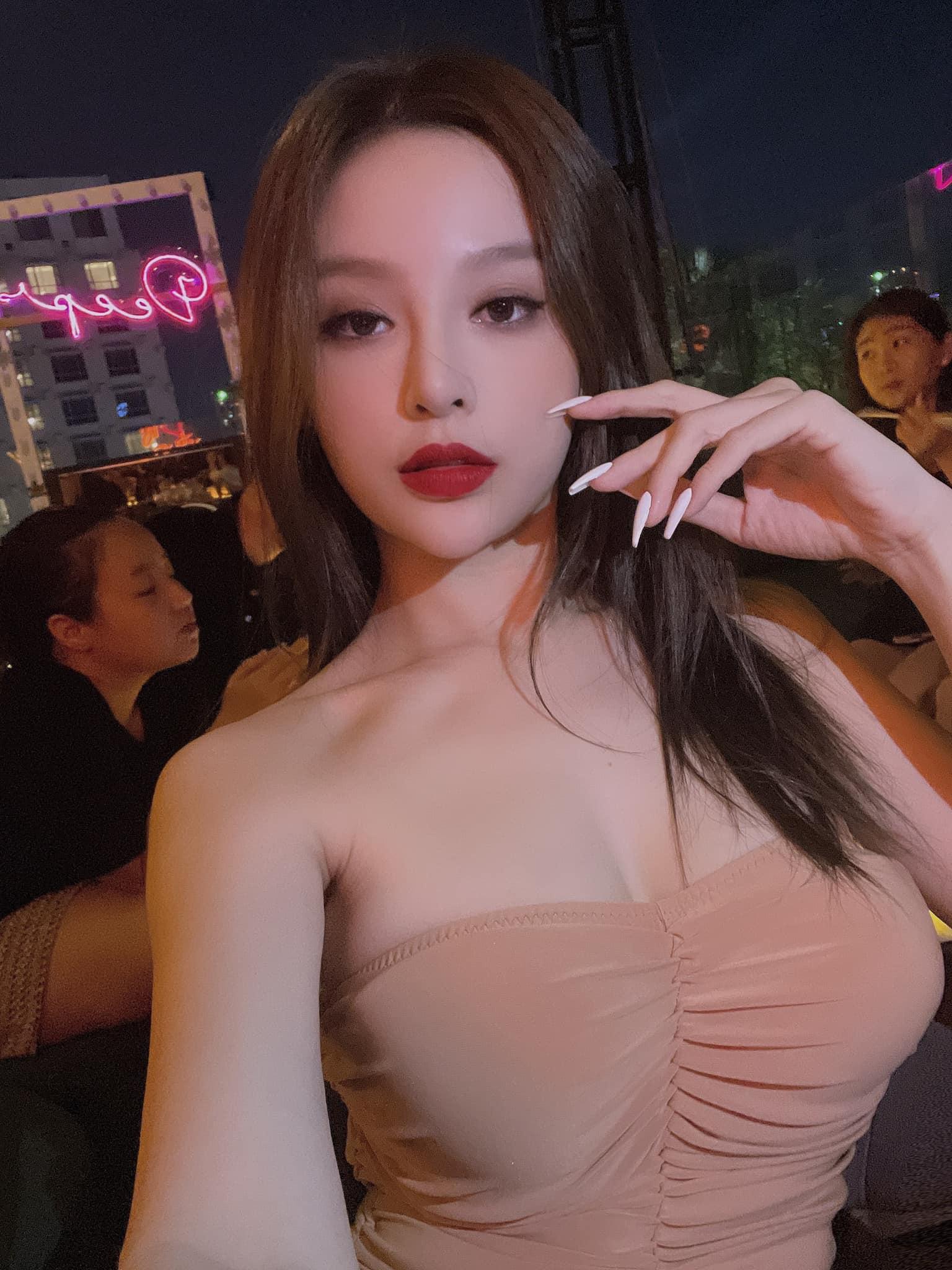 """""""Hot girl Việt ở lâu đài trăm tỷ"""" chuộng áo khoe cơ thể quá đà dù bị chê vòng 1 chảy - hình ảnh 3"""