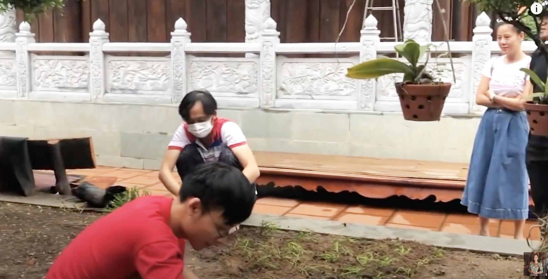 """""""Vợ sắp cưới"""" của Quang Lê gặp Hoài Linh tại đền thờ 100 tỷ giữa ồn ào 13 tỷ từ thiện - hình ảnh 3"""