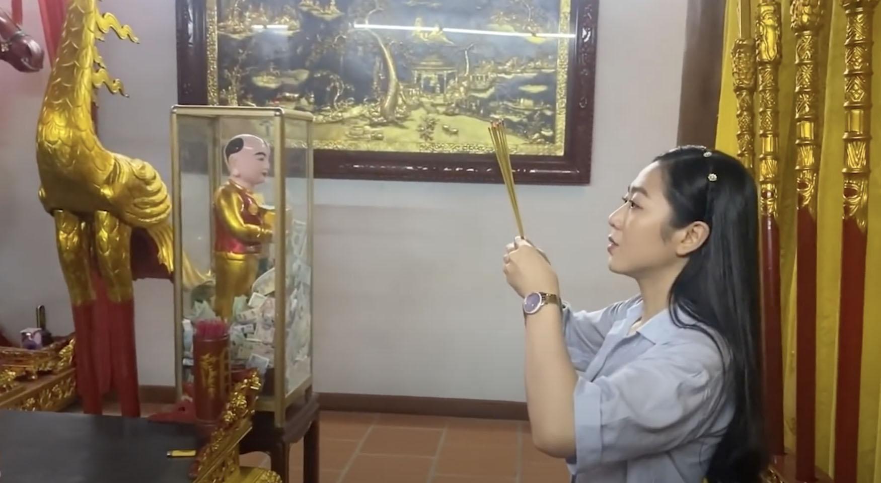 """""""Vợ sắp cưới"""" của Quang Lê gặp Hoài Linh tại đền thờ 100 tỷ giữa ồn ào 13 tỷ từ thiện - hình ảnh 1"""