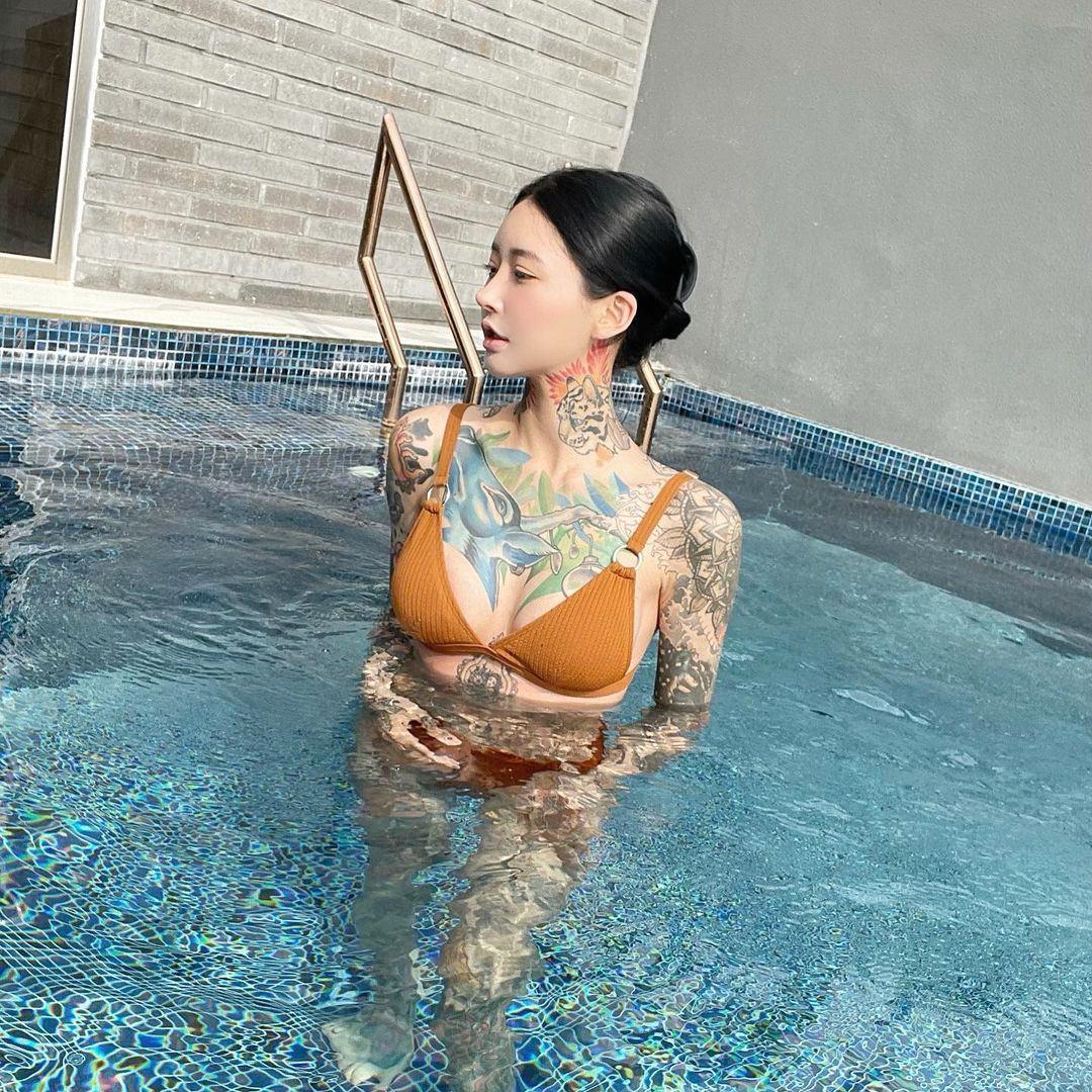 Bà mẹ trẻ xinh đẹp có hình hổ lớn trên ngực mê mặc đồ nữ tính khoe cơ thể xăm trổ - 8